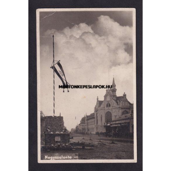 Nagyszalonta régi képeslapon. Országzászló, 1940-es évekből