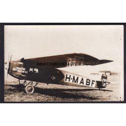 Magyar Légiforgalmi Rt. Pilótáikkal a háttérben H-MABF jelű gép. 3 fotó képeslapról van szó