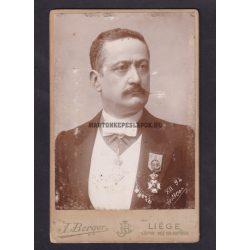 J. Berger műtermében készült fotó, Liége. Magas rangú férfi kitüntetéssel