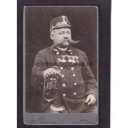 Franz Knes műtermében készült fotó. Bécs. Öreg zenész katona.