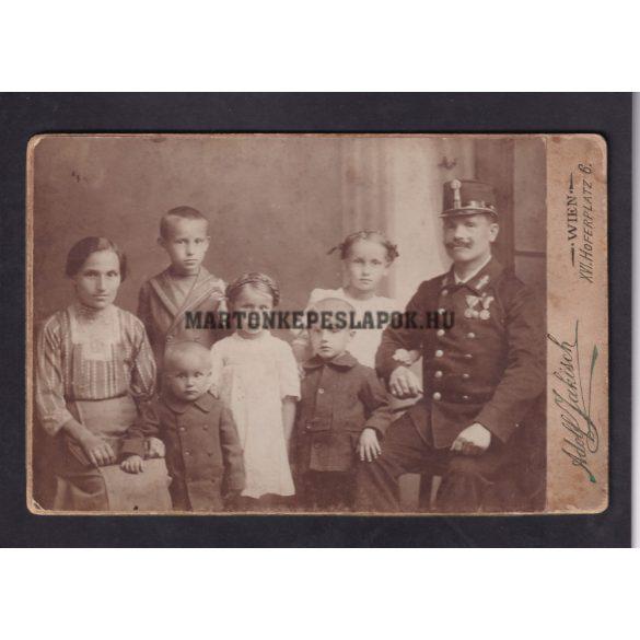 Adolf Jakisch műtermében készült fotó, Bécs. Katona családjával.