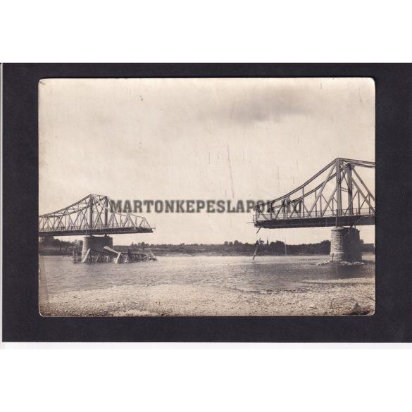 Felrobbantott híd, régi katonai fotón.