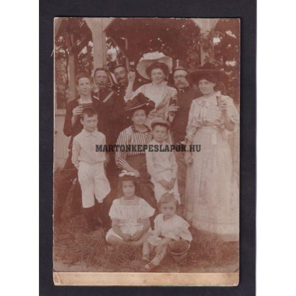 Ünneplő társaság. Fotón hátul felirat: Emlék 1908.07.01. Kadétiskolában, Sághy főhadnagy felvétele.
