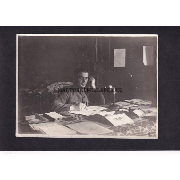 Telefonáló katona. Fotó hátán felirat.