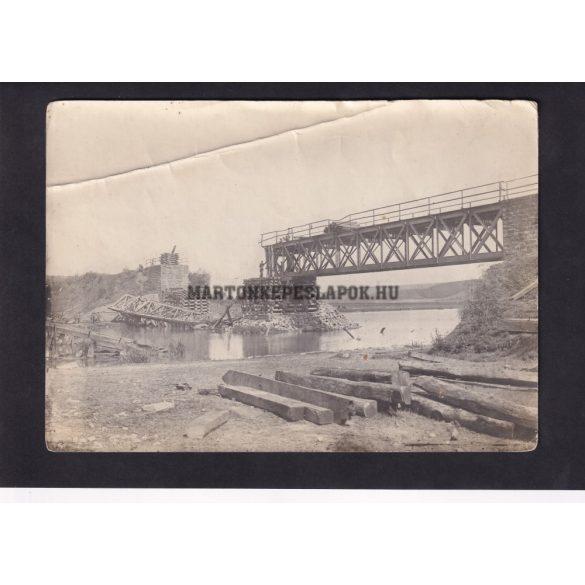 Lerombolt vasúti hidat építenek újjá a katonák.